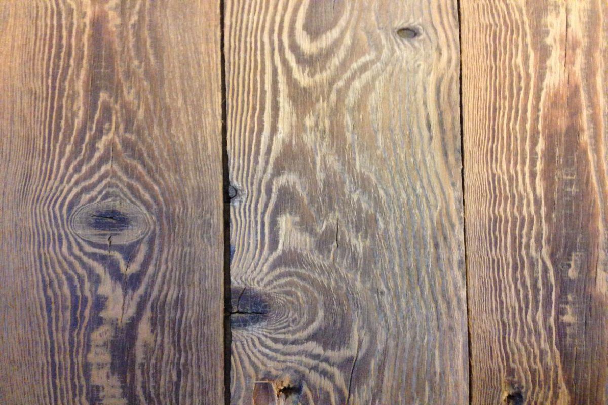 Oude geborsteld dakbeschoten houten vloer