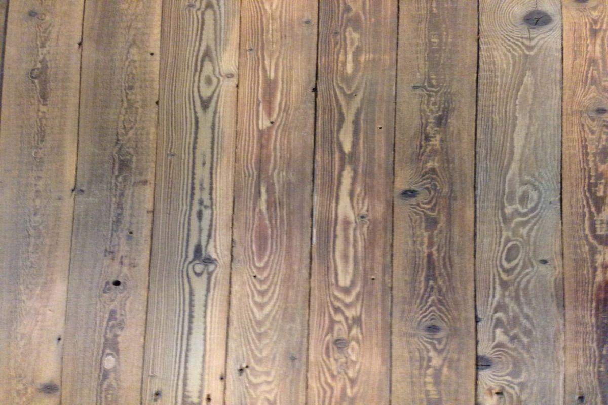 Oud geborsteld dakbeschot vloer